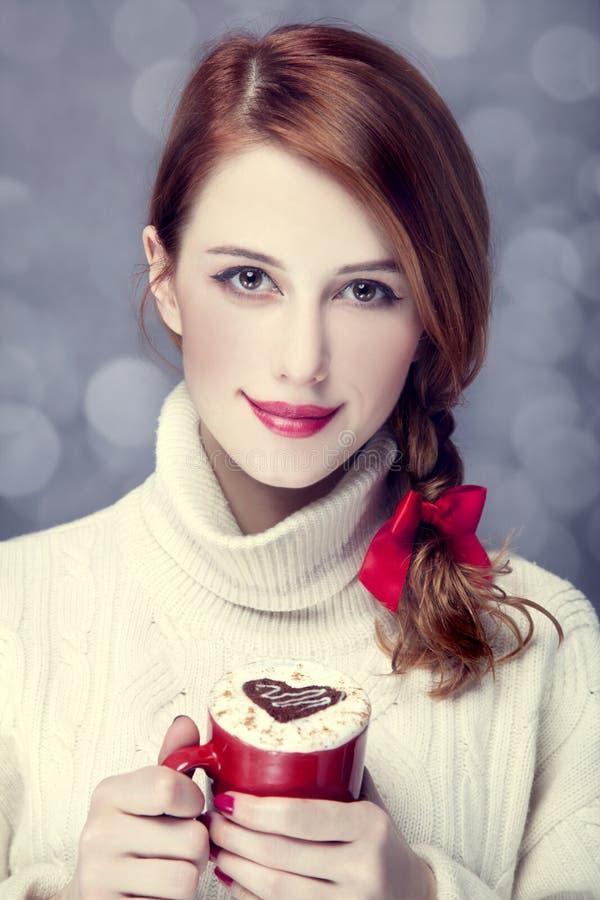 有coffe的红头发人女孩。 库存图片