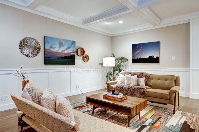 有coffered cealing的可爱的工匠样式客厅 免版税库存图片