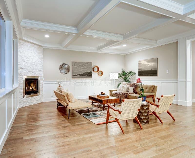 有coffered cealing的可爱的工匠样式客厅 免版税图库摄影