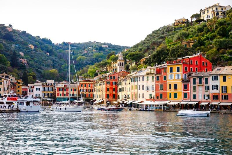 有colorfull房子、豪华小船和游艇的美丽的小村庄菲诺港在一点海湾港口 E 免版税库存图片