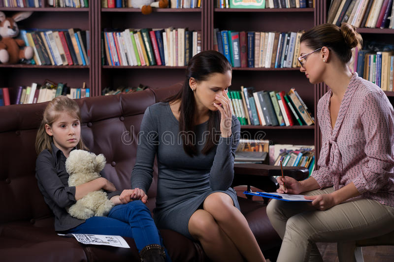 有daugher的妈妈在咨询 免版税库存图片