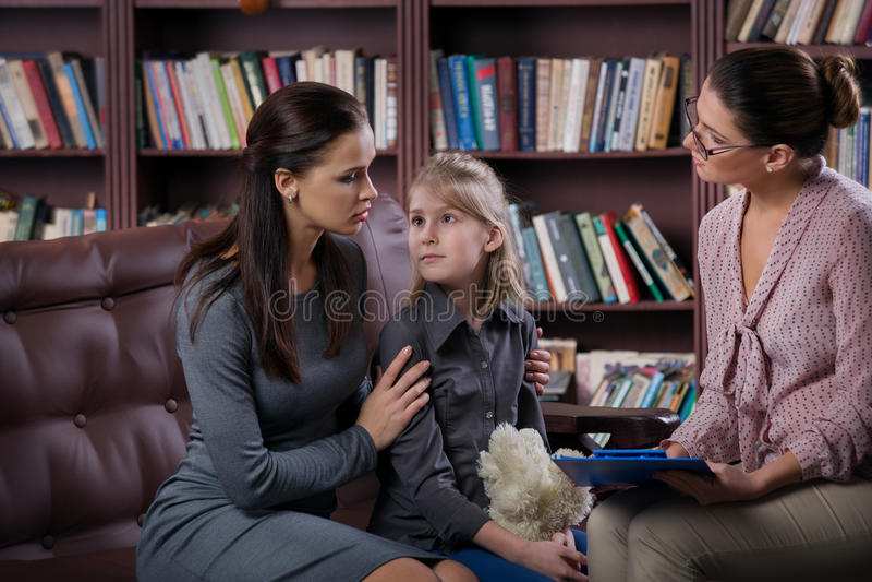 有daugher的妈妈在咨询 库存照片