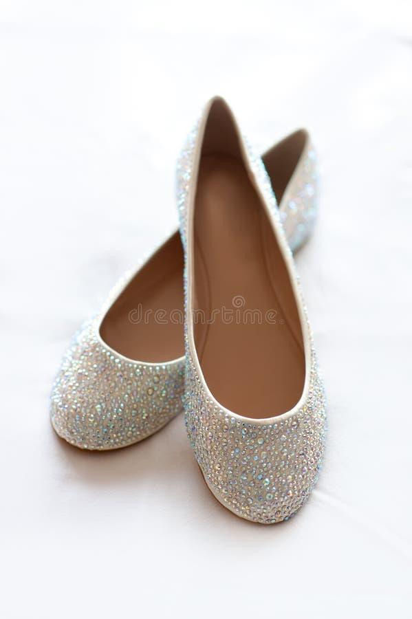 有diamante的平的婚礼鞋子 免版税库存图片