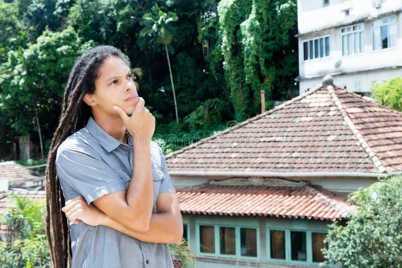 有dreadlocks的想法的拉丁美洲的年轻成人人 库存照片