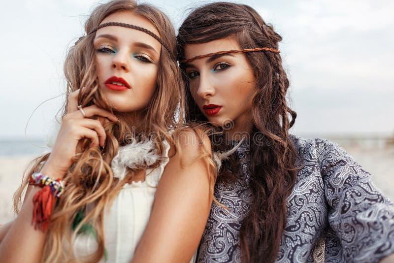 有dright的两个美丽的嬉皮女孩组成和发型厕所 免版税库存照片