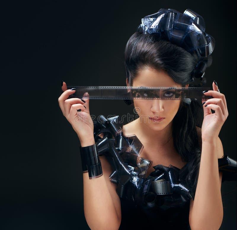 有filmstrips发型的美丽的妇女 库存照片
