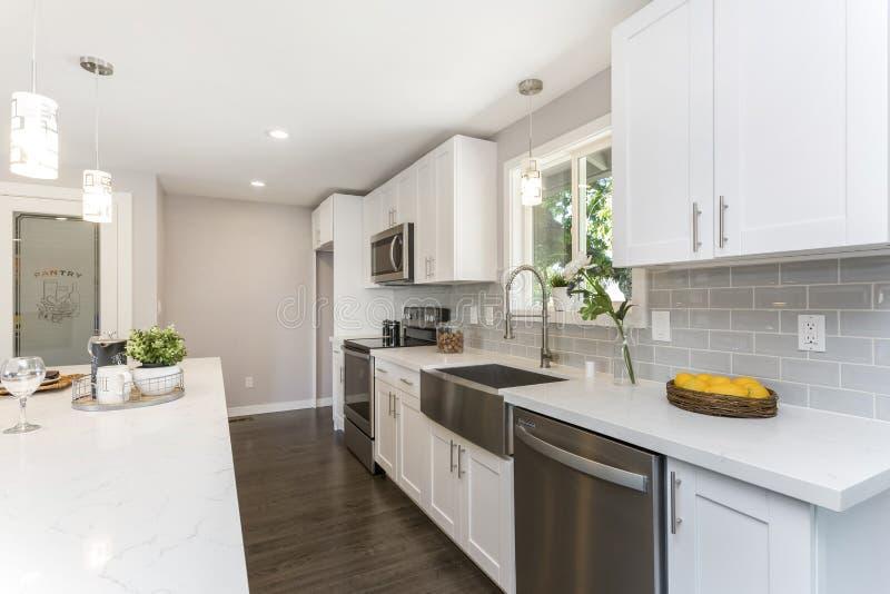 有floorplan开放的概念的华美的厨房 免版税图库摄影