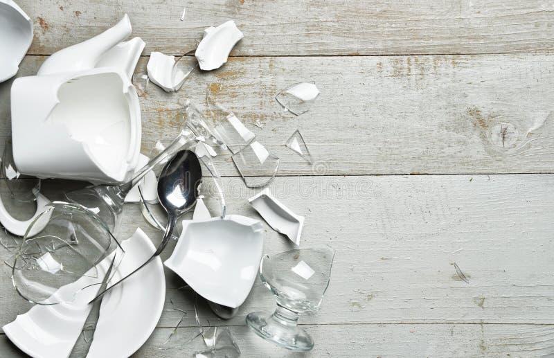 有fragme的玻璃打破的盘酒杯茶杯sauser匙子 免版税库存图片