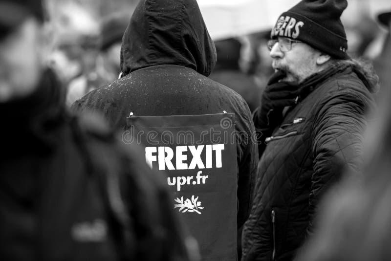 有frexit标志海报的人在他的在抗议的夹克在法国 免版税库存图片