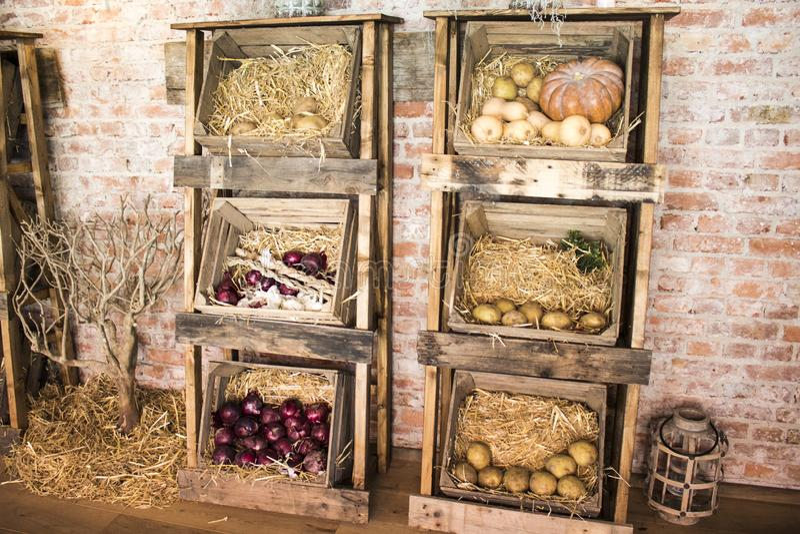 有friuts和菜的传统木农夫箱子 免版税库存照片