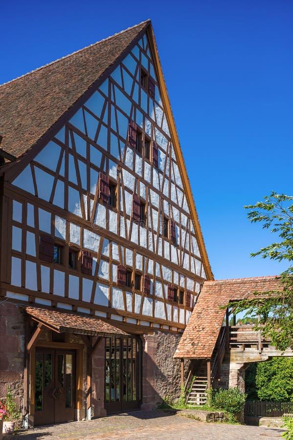有Fruchtkasten的储放什一税农产品的仓库在多尔恩斯特滕 免版税图库摄影
