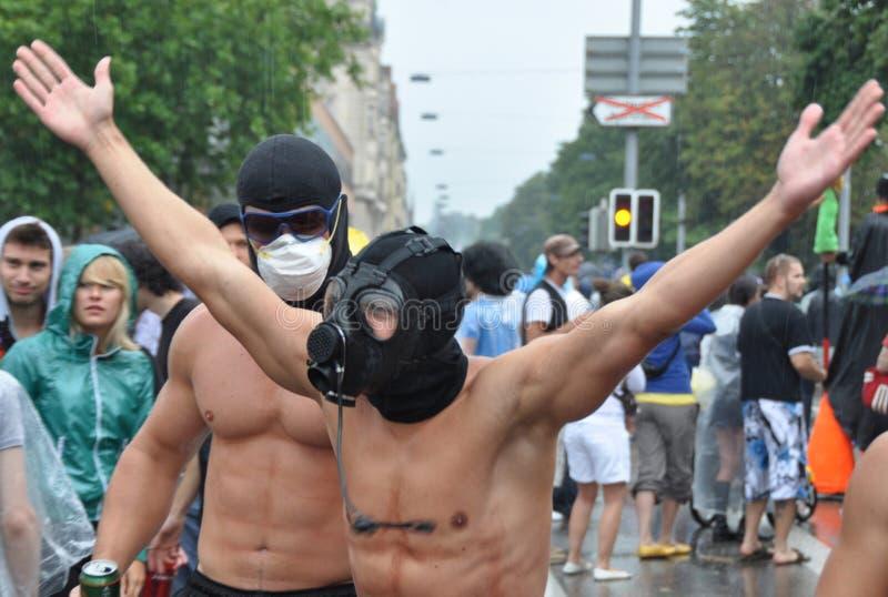 有gasmasks的两个说胡话的人在ZÃ ¼富有的Streetparade 库存图片