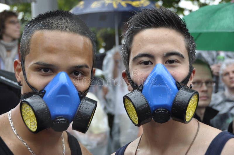 有gasmasks的两个说胡话的人在ZÃ ¼富有的Streetparade 免版税库存图片