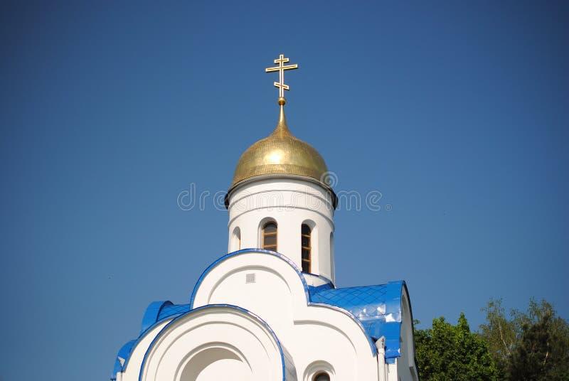 有Golden Dome的白色教会蓝天背景的 库存图片