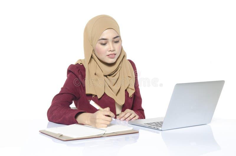 有hijab开会和文字的女实业家 免版税库存图片