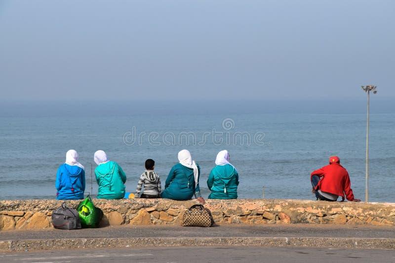 有Hijab的回教妇女在海滩 免版税库存照片