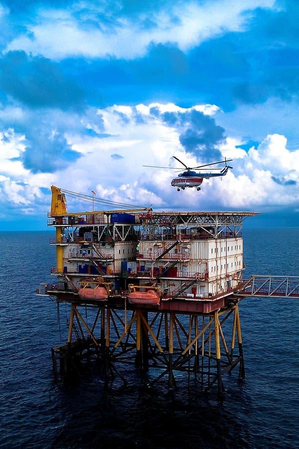 有hlicopter的近海生产平台 库存照片