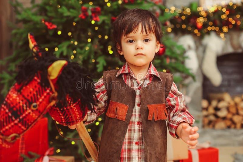 有hobbyhorse的小男孩 免版税库存照片