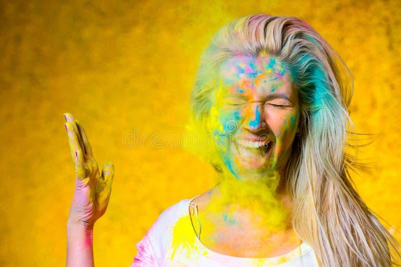 有holi油漆的女孩 免版税库存照片