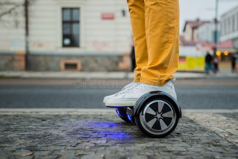 有hoverboard的人在街道上 库存照片