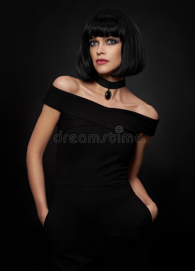 有kare发型的美丽的深色的妇女 免版税库存照片