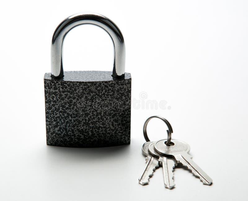 有keychain的耐久的挂锁在白色 库存图片