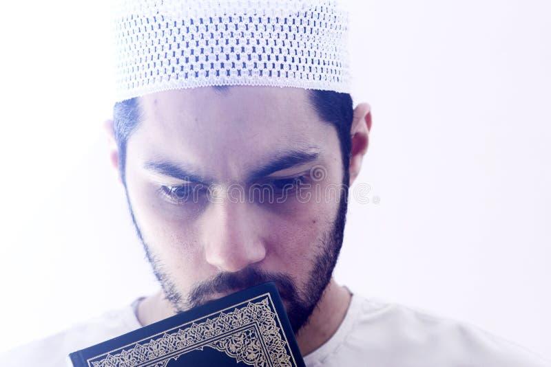 有koran圣经的阿拉伯回教人 库存图片