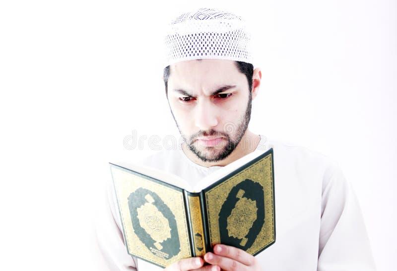 有koran圣经的阿拉伯回教人 免版税库存照片