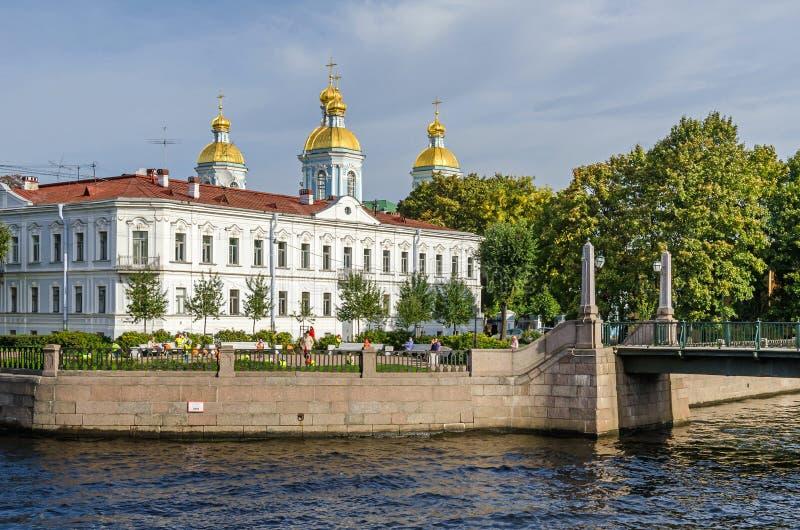 有Krasnogvardeysky桥梁的圣尼古拉斯海军大教堂在圣彼德堡,俄罗斯 免版税库存照片