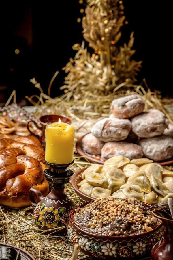 有kutia的-传统圣诞节甜膳食碗在乌克兰、白俄罗斯和波兰,在木桌上,圣诞节家庭饭桌 库存照片