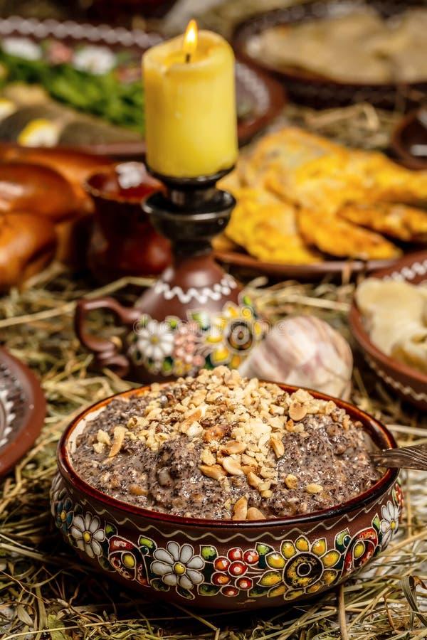 有kutia的-传统圣诞节甜膳食碗在乌克兰、白俄罗斯和波兰,在木桌上,圣诞节家庭饭桌 免版税图库摄影
