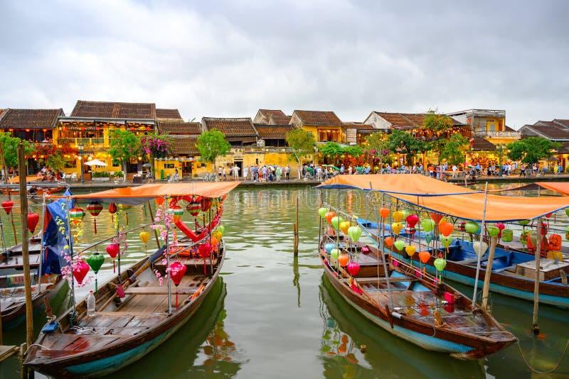 有lampions的小船在旅游目的地会安市,越南妇女的运河在会安市,越南 免版税库存照片