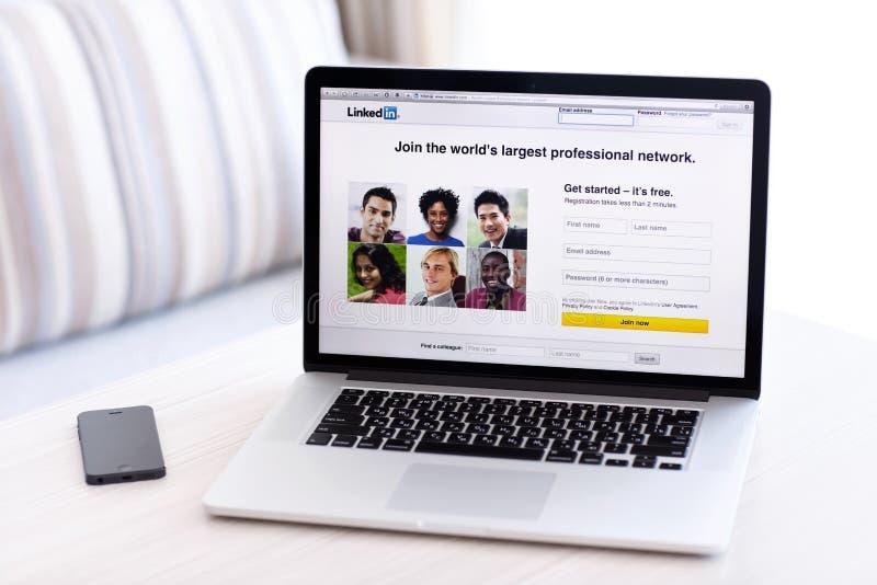 有LinkedIn主页的MacBook赞成视网膜在屏幕上站立 库存照片