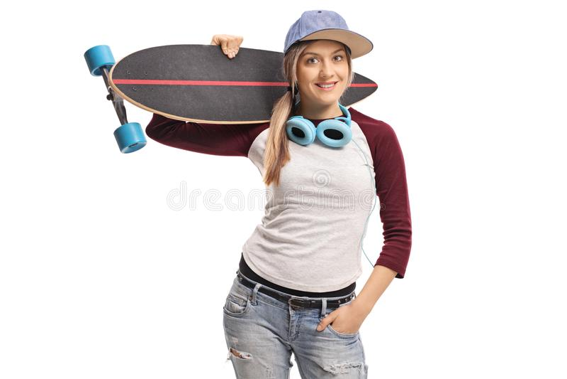 有longboard和一个对的女性溜冰者耳机 免版税库存照片