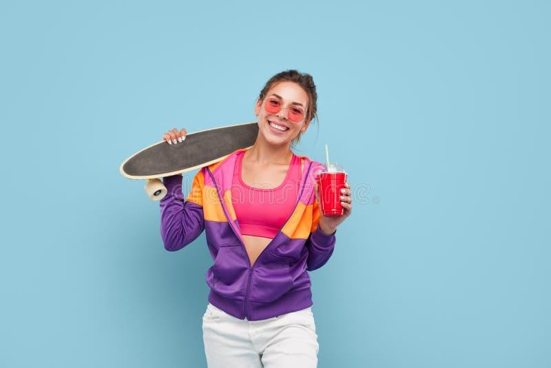 有longboard和饮料的微笑的行家 免版税图库摄影