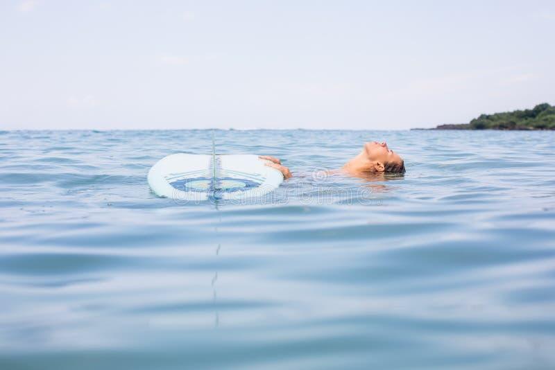 有longboard海浪的性感的冲浪者女孩 库存图片