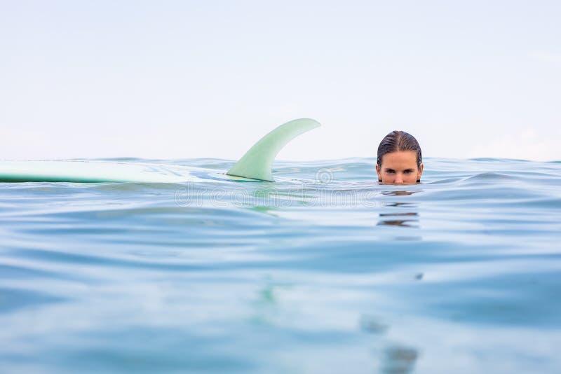 有longboard海浪的性感的冲浪者女孩 库存照片