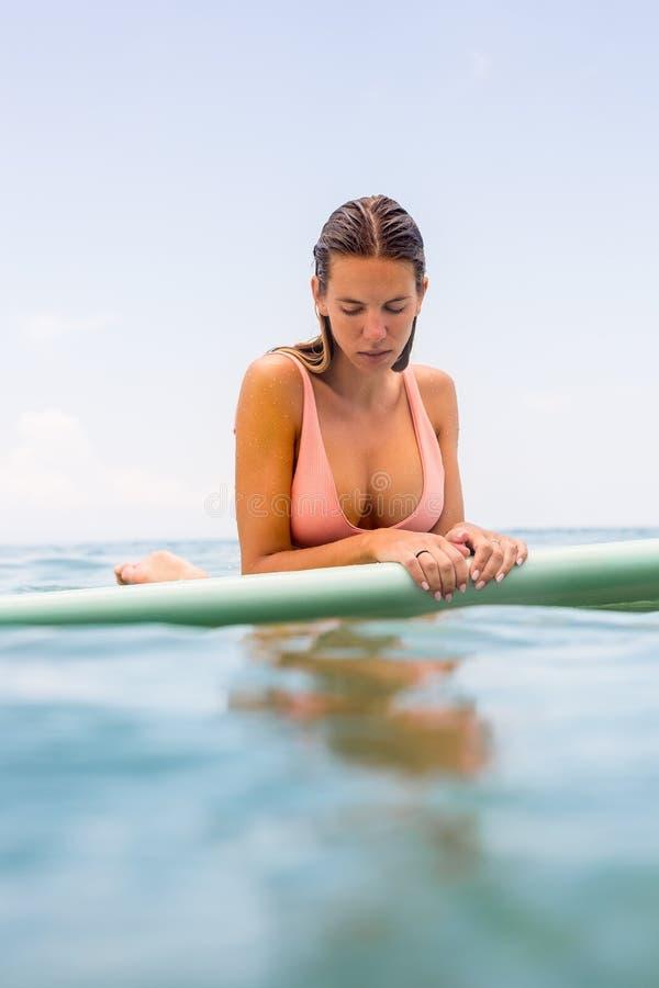有longboard海浪的性感的冲浪者女孩 免版税库存图片