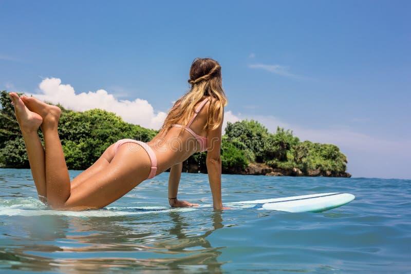 有longboard海浪的性感的冲浪者女孩 免版税库存照片