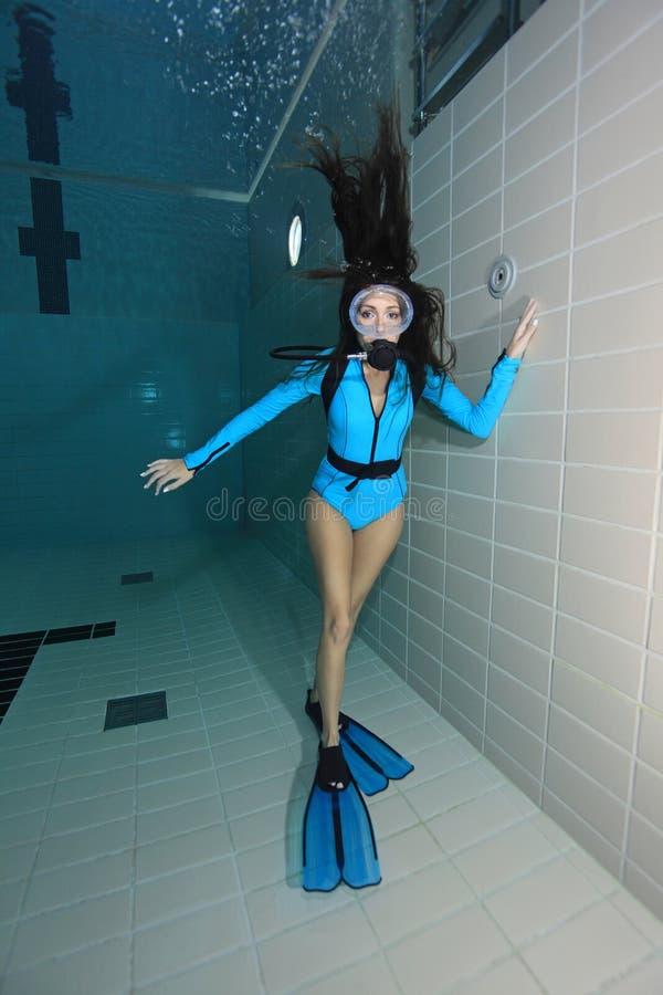 有lycra衣服的女性轻潜水员 免版税图库摄影