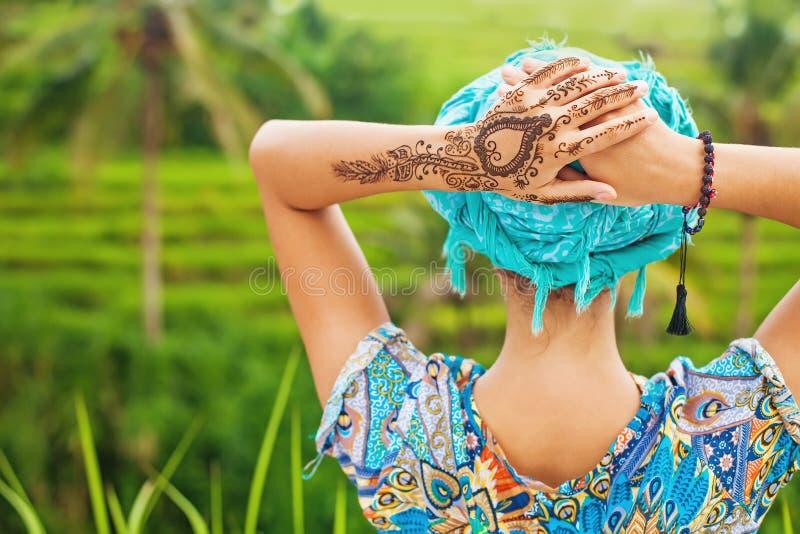 有mehendi纹身花刺的妇女 免版税图库摄影