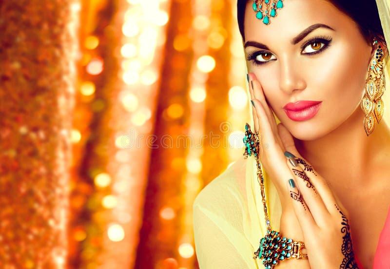 有mehndi纹身花刺和完善的构成的年轻阿拉伯妇女 免版税库存图片