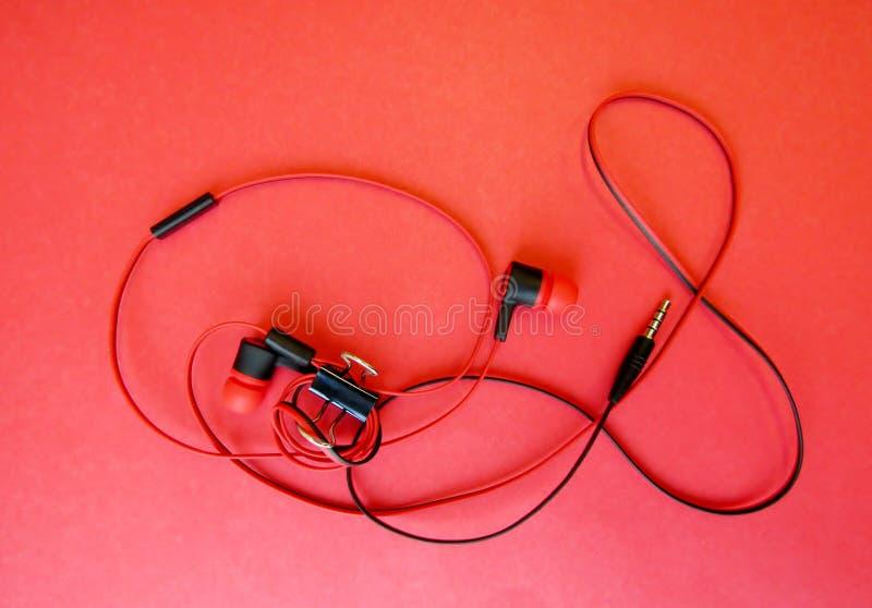 有mic和塞子的架线的耳机 免版税库存图片