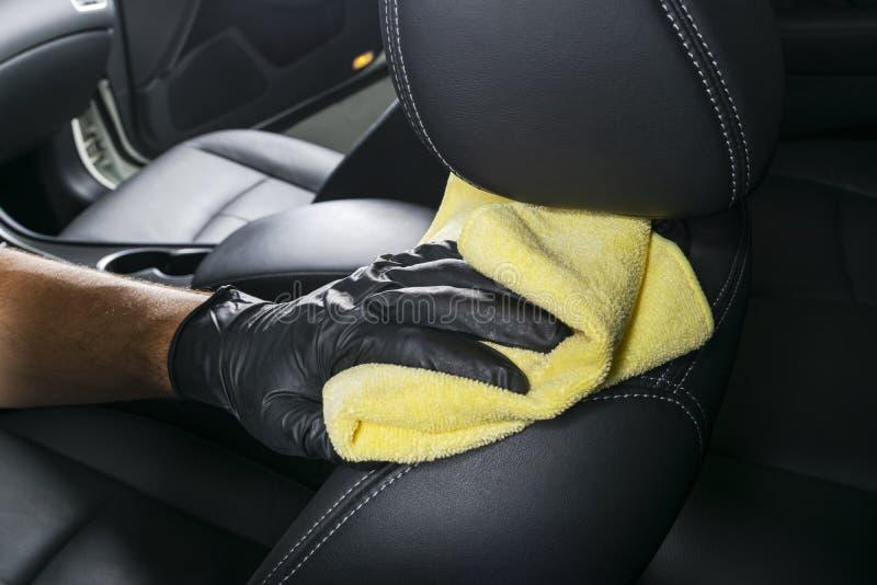 有microfiber布料的一辆人清洁汽车 汽车详述 Valeting概念 选择聚焦 汽车详述 清洗与海绵 W 库存图片