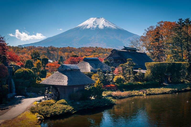 有Mt的古老忍野Hakkai村庄 在秋天季节的富士在Minamitsuru区,山梨县 免版税库存照片