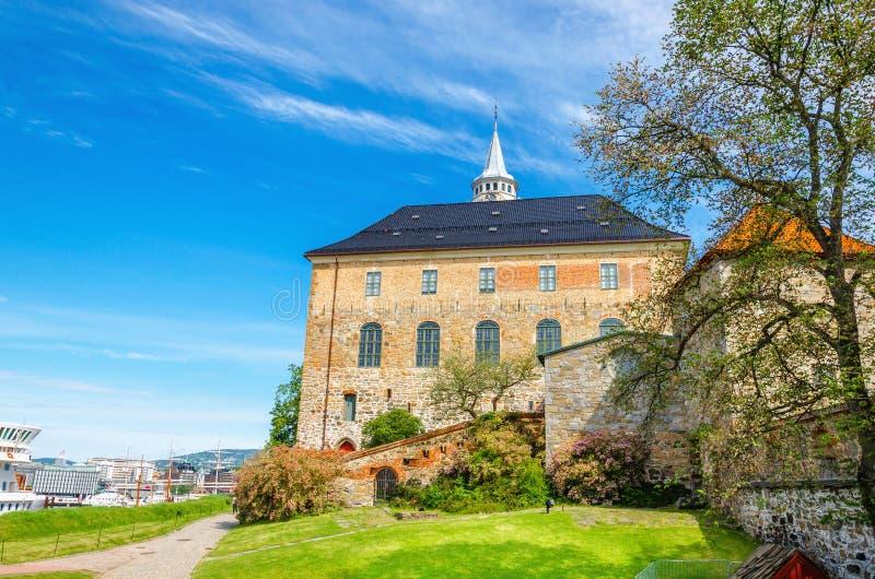 有Oslofjord的中世纪城堡阿克什胡斯堡垒 免版税库存照片
