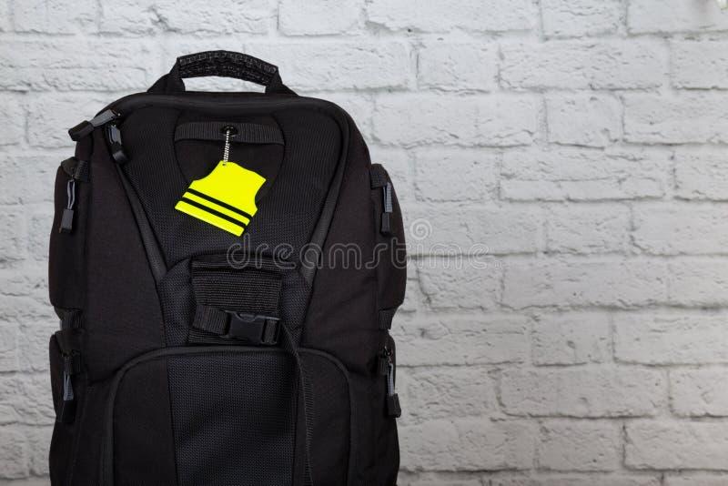 有pedestrain安全反射器的黑背包有拷贝空间的 免版税图库摄影