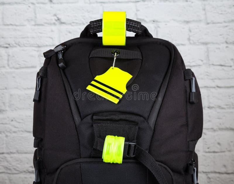 有pedestrain安全反射器的黑背包 免版税库存照片