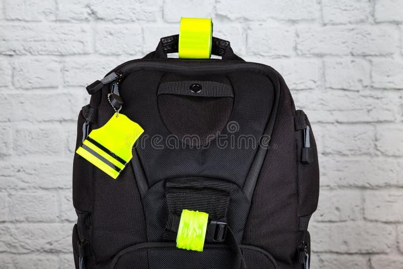 有pedestrain安全反射器的黑背包 库存照片