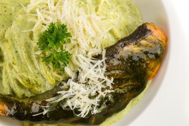 有pesto绿色和三文鱼的-意大利食物样式面团意粉 免版税库存图片